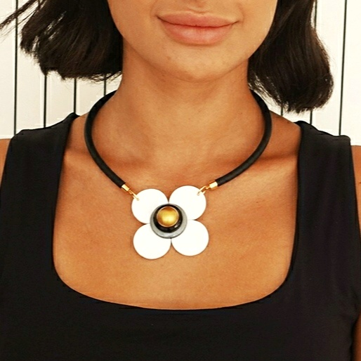 White and black flower nacklace